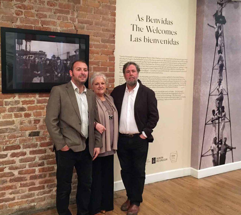 James Fernández, María Xosé Porteiro y LuisArgeo en la inauguración de 'As benvidas'.