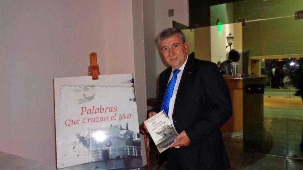 Gustavo Yepes, presidente del Centro Murciano, con el libro 'Palabras que cruzan el mar'.