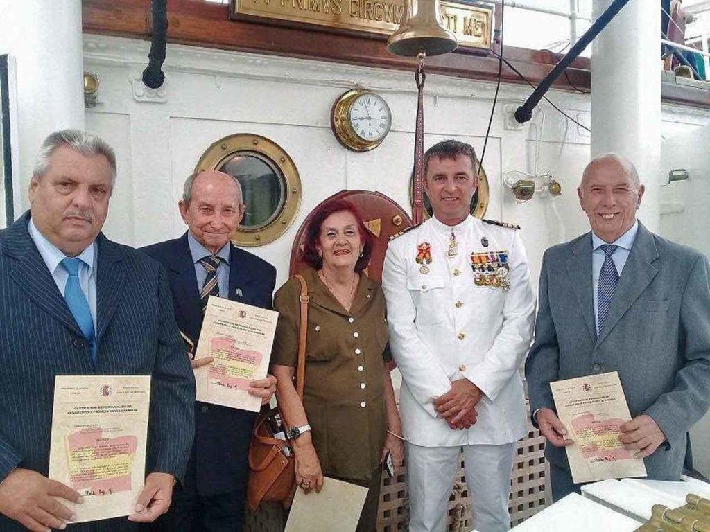 Junto al primer oficial del Buque Escuela aparecen cuatro de los seis consejeros del CRE que participaron en la ceremonia de jura de la bandera.