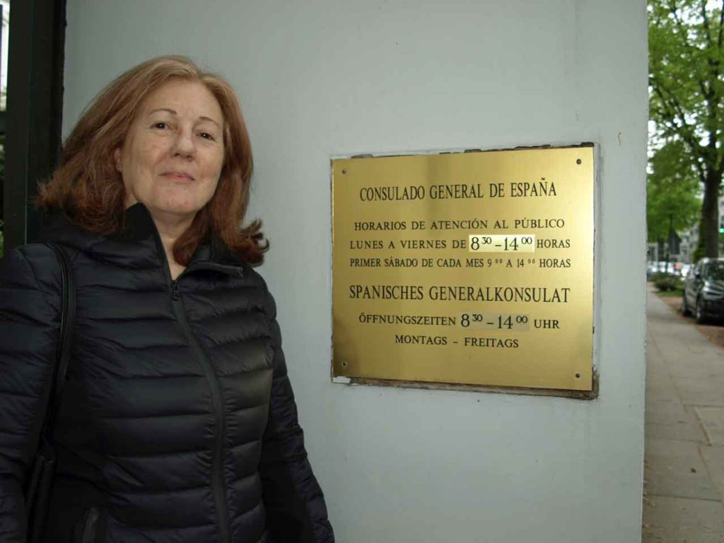 María Esperanza Pons en la entrada del Consulado de España en Hamburgo.