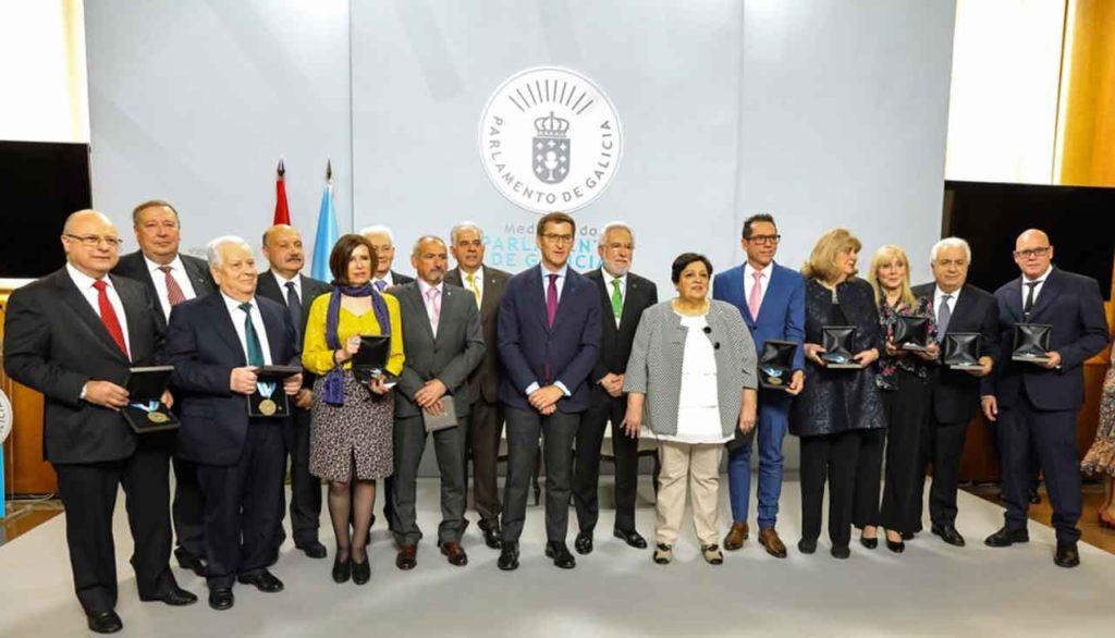 El presidente del Parlamento de Galicia, Miguel Santalices, y el de la Xunta, Alberto Núñez Feijóo, con los galardonados.