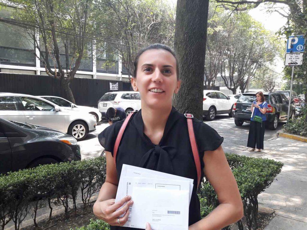 La joven María González no tuvo problemas para votar por primera vez desde fuera de España.