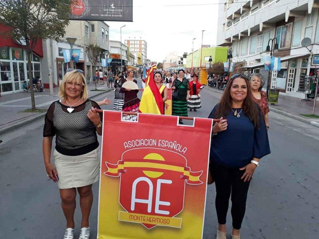 Los representantes de la Asociación Española de Monte Hermoso durante el desfile.