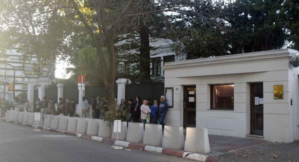 Colas ante el Consulado de España en Montevideo el miércoles 24 de abril por la mañana.