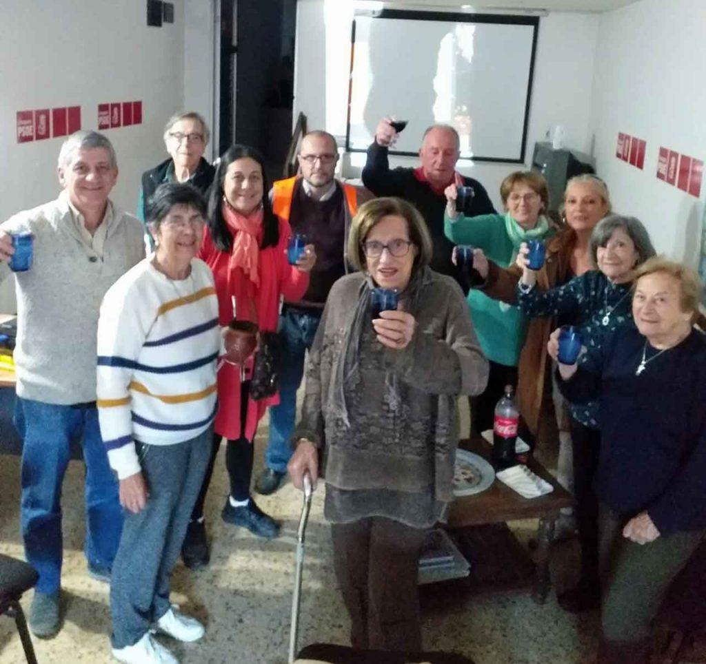 Eulogia, que a sus 93 años es la afiliada de mayor edad del PSOE en Uruguay, brinda junto a sus compañeros por el triunfo de Pedro Sánchez.