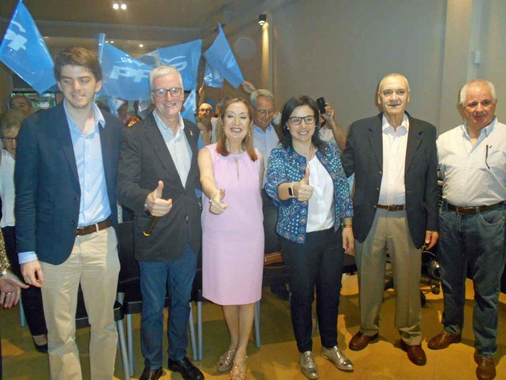 Ana Pastor y Ana Vázquez, centro, junto a directivos del PP en Argentina.