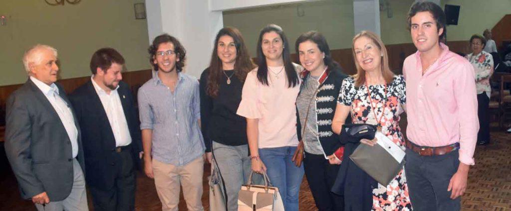Ana Vázquez y Ana Pastor con algunos jóvenes de la colectividad.
