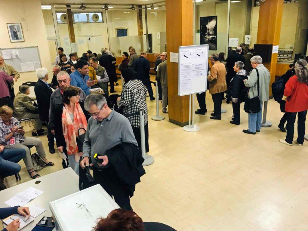 Colas para votar a primera hora de la mañana del miércoles 24 de abril en el Consulado de España en París.