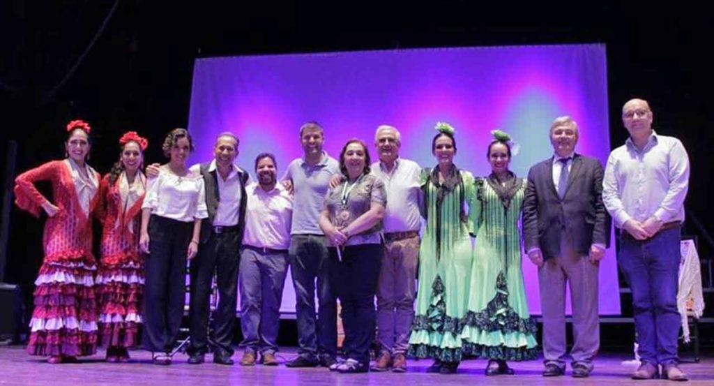 Autoridades, directivos del Centro Andaluz y miembros del cuerpo de baile.