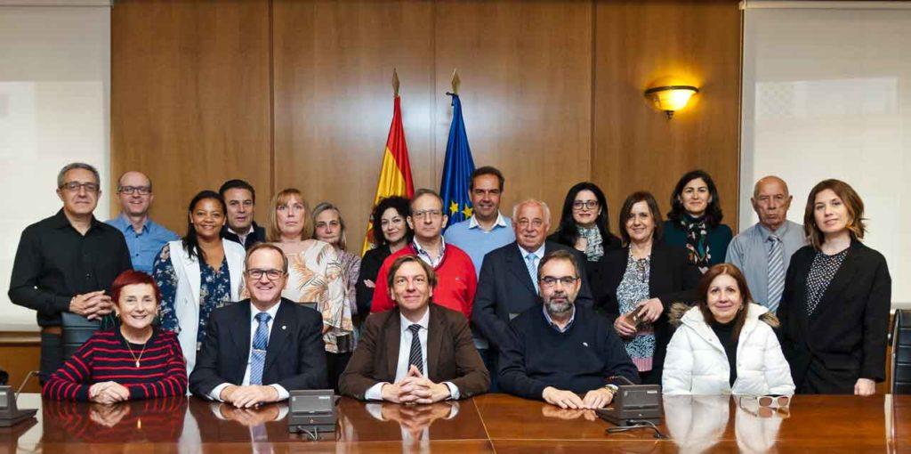 En el centro, Eduardo Dizy,  José Alarcón y Eduardo Pahíno, con los miembros de la Comisión.