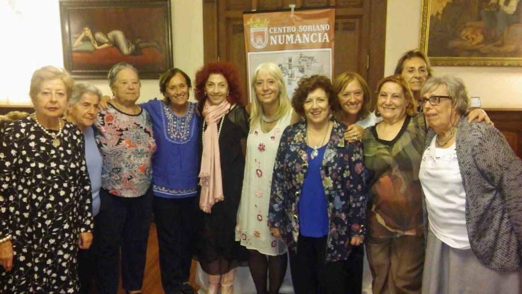 La presidenta del Centro Soriano Numancia, María del Pilar Berzosa (en el centro), junto a Analía Caviglia, Ana María Cabrera y algunas de las mujeres que asistieron al acto.