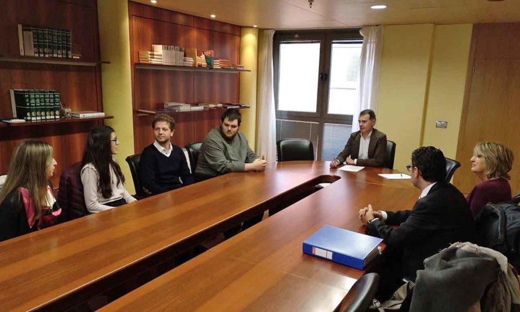 José Manuel Herrero se reunió con algunos de los becarios de la anterior edición.