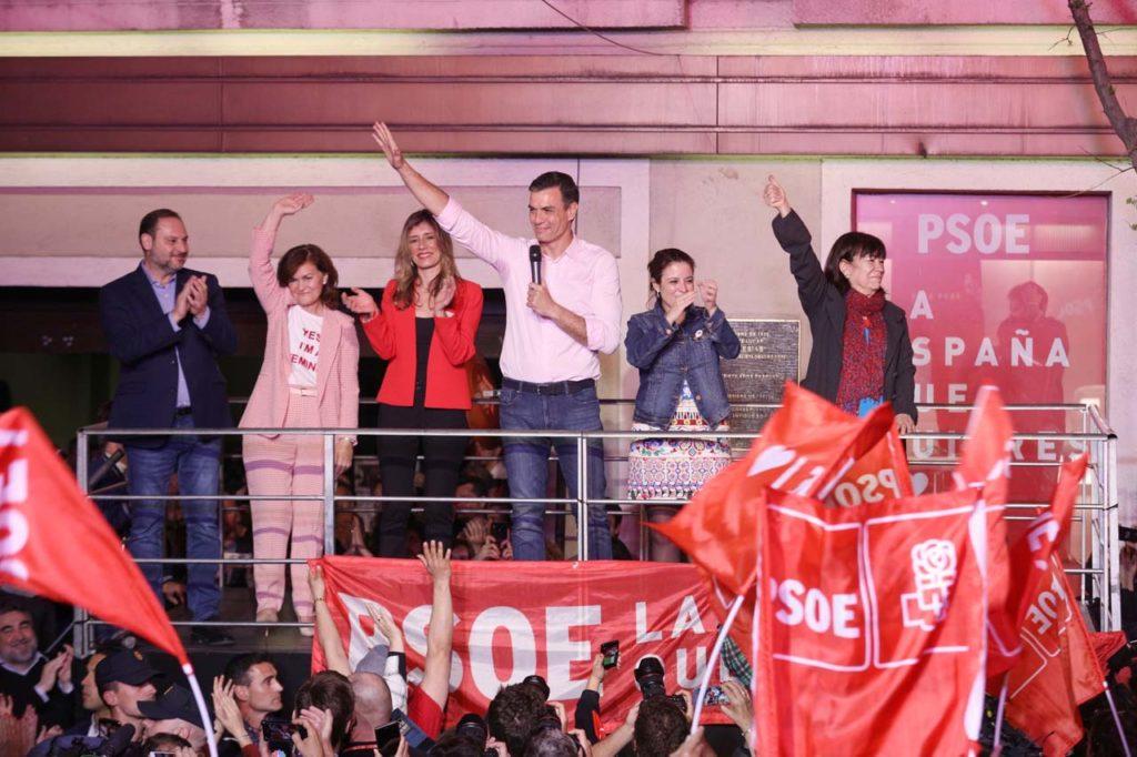 Pedro Sánchez celebra la victoria en las elecciones generales acompañado de su mujer y de otras dirigentes socialistas ante los militantes y simpatizantes del partido congregados en el exterior de la sede del PSOE.