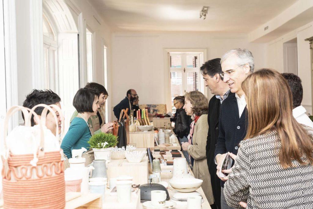 El conselleiro Francisco Conde, durante su visita a tienda pop up Galicia, Saberes e Sabores en Madrid.