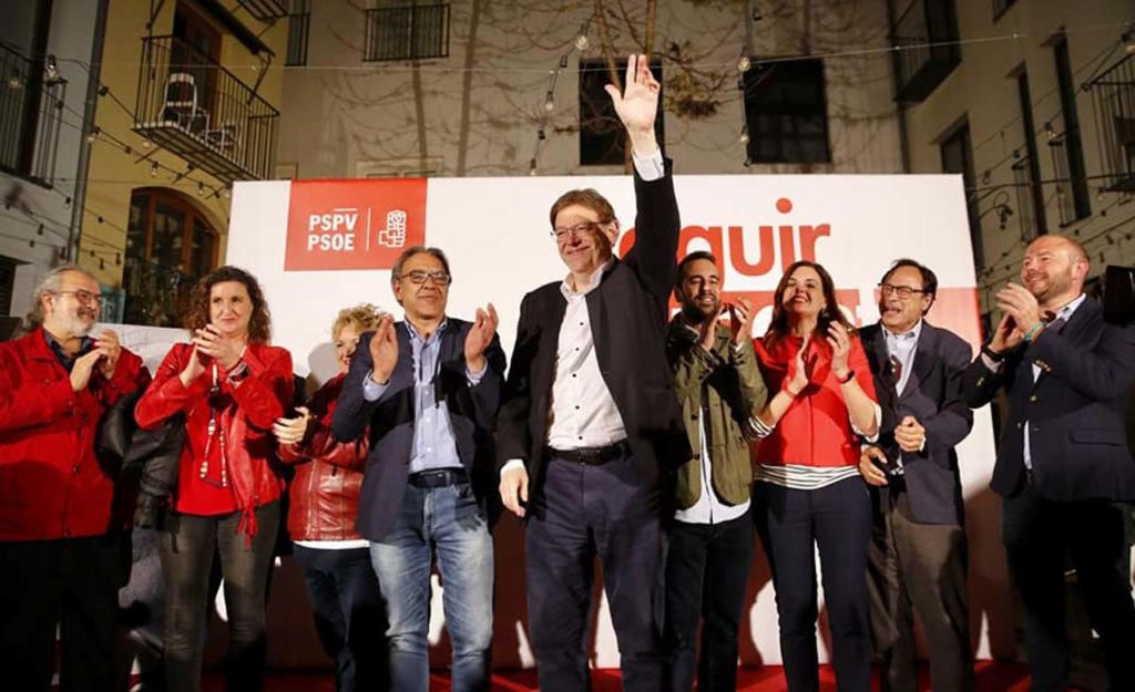 El candidato socialista Ximo Puig, que saluda a los seguidores del PSOE tras el recuento, podrá revalidar su cargo de presidente de la Generalitat.