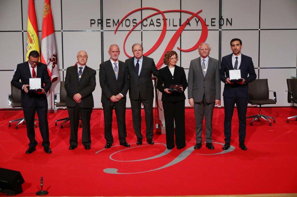 El presidente Herrera posa con los galardonados con los Premios Castilla y León en la víspera de la celebración del Día de la Comunidad.