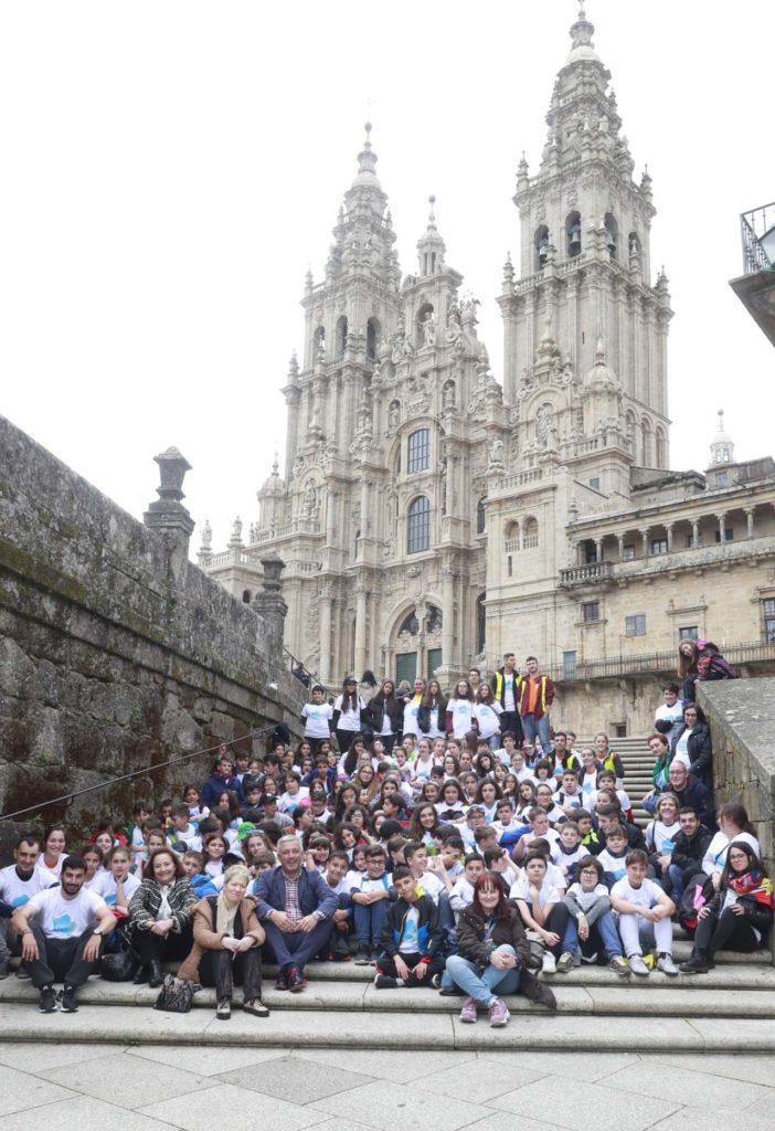 Foto de familia de las autoridades con el centenar de estudiantes del programa de promoción de la lengua gallega en El Bierzo y Sanabria que visitaron Galicia.