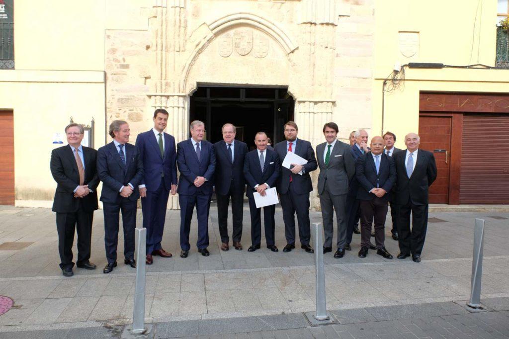 El presidente de la Junta, Juan Vicente Herrera, con autoridades asistentes al I Encuentro Parlamentario España-Estados Unidos.