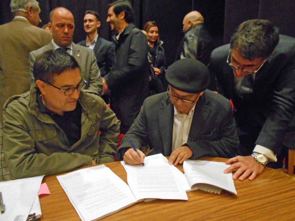 Moyano y Olmos al momento de firmarse el acuerdo.