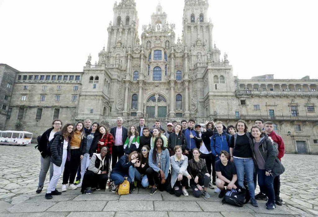 Valentín García y Antonio Casas con los alumnos del Instituto Cañada Blanch.