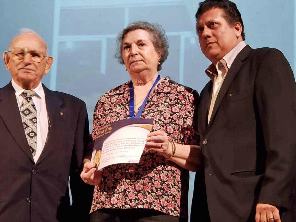 Lourdes Valencia recogió la Gran Cruz Caballeros de Santiago.