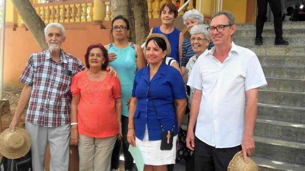 La presidenta de la Ascyl y la directora del Hogar 'La Castellana' (centro) con directivos de las sociedades participantes en el Festival.