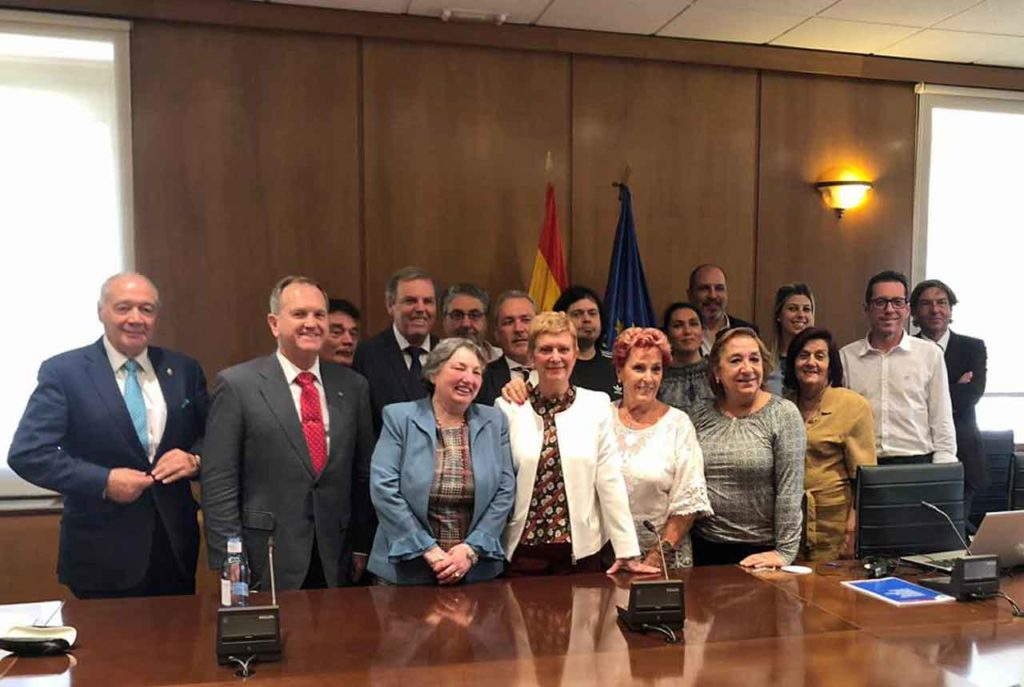Consuelo Rumí con los miembros de la Comisión de Derechos Civiles y Participación del CGCEE y la experta en nacionalidad Aurelia Álvarez.