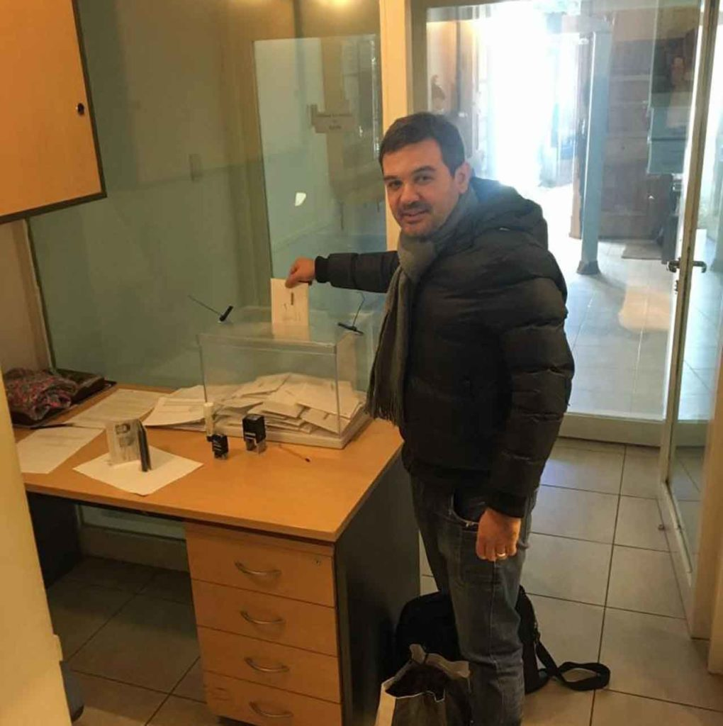 Uno de los votantes en el Consulado de España en Córdoba.