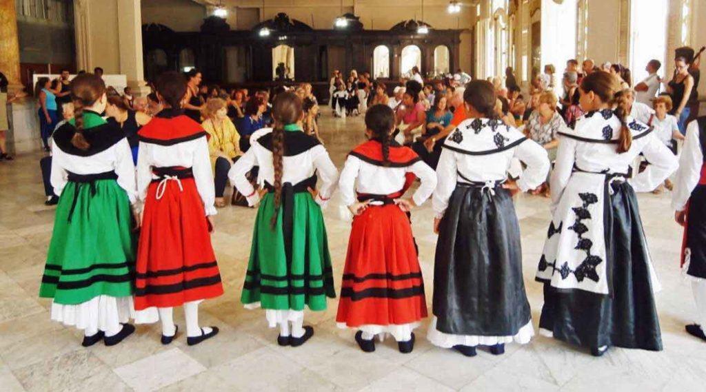 Desfile de modelos con trajes tradicionales gallegos.
