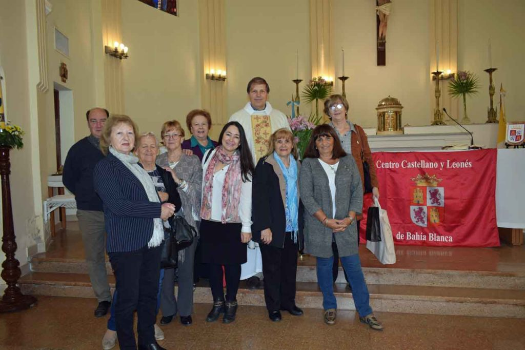 Los dirigentes del Centro compartieron una foto con el párroco.
