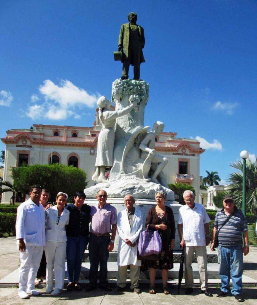 Directivos de la FAAC y autoridades hospitalarias que participaron en la conmemoración.