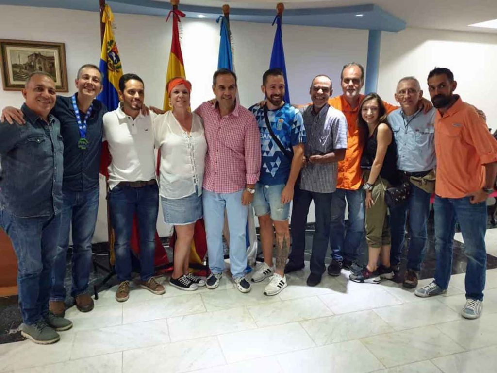 José Antonio Alejandro, en el centro con camisa de cuadros, con el resto de la nueva directiva.