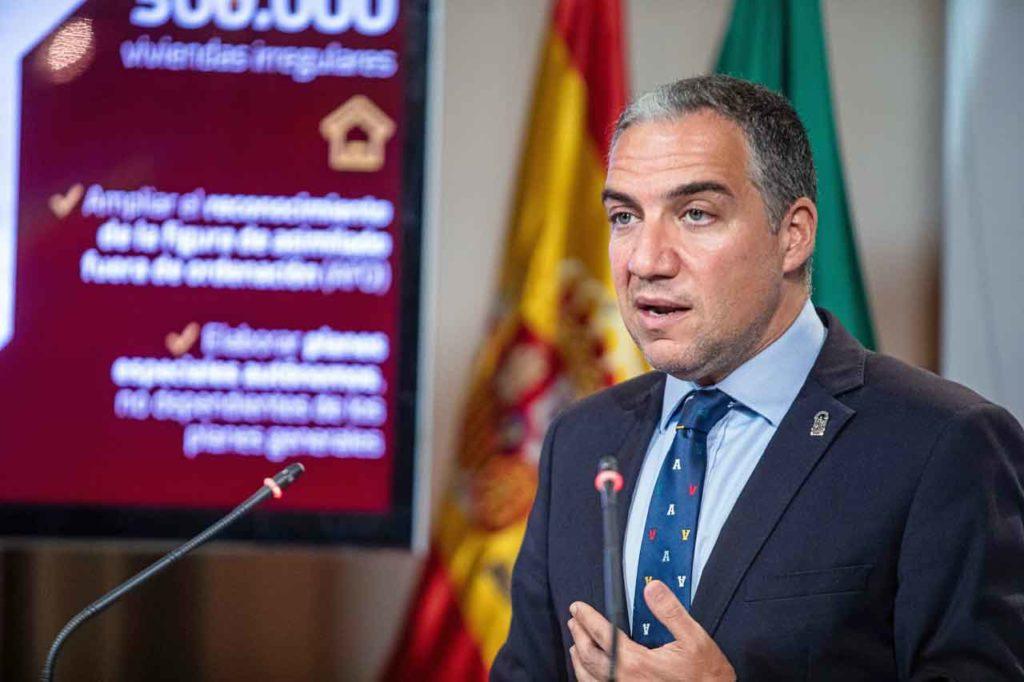 El consejero de la Presidencia, Administración Pública e Interior, Elías Bendodo, durante la rueda de prensa posterior al Consejo de Gobierno del 28 de mayo.