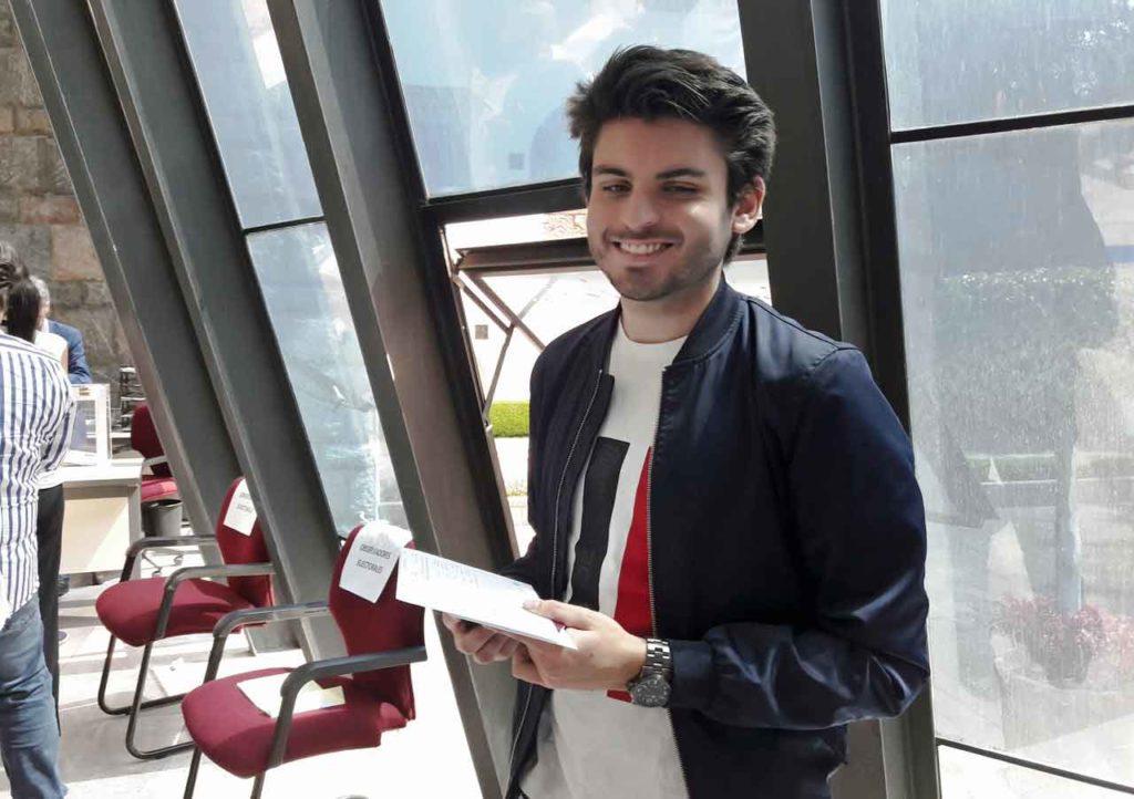 Benito Pérez, de Galicia, esperando para depositar su voto en el Consulado de España en Ciudad de México.