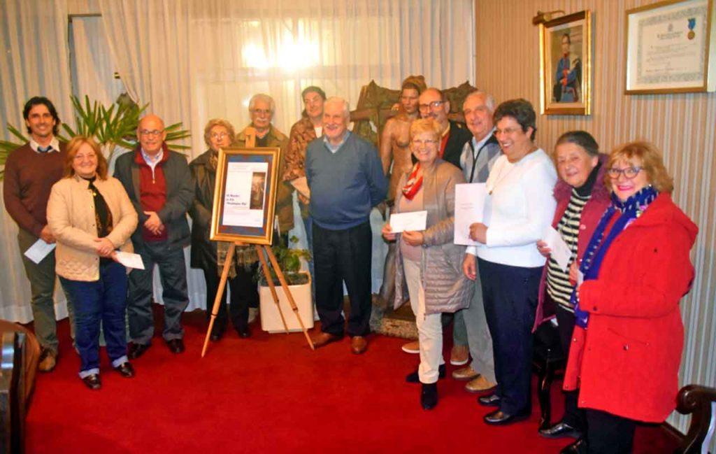 Todos los concursantes junto a los directivos de Casa de Galicia.