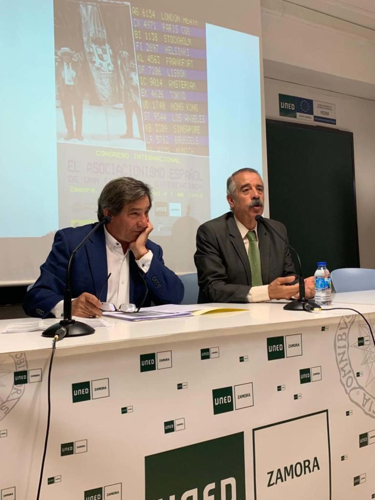 Juan Andrés Blanco y el diputado José Luis Bermúdez, en la apertura oficial.  FOTO: Centro de Estudios de la Emigración Castellana y Leonesa