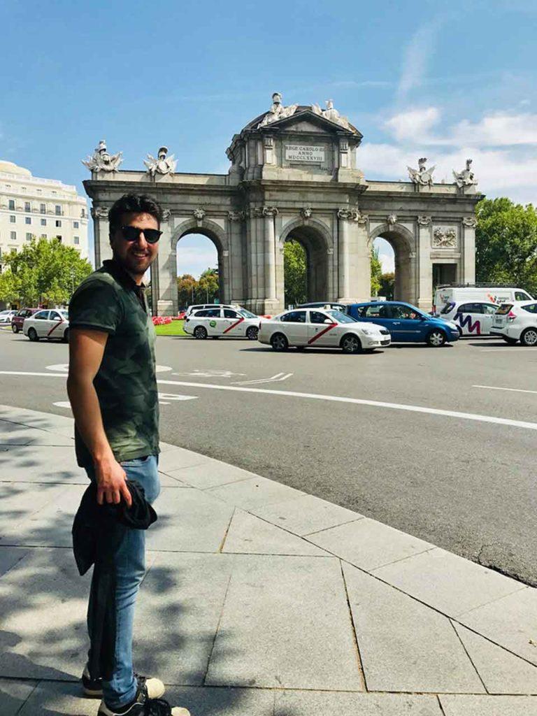 Pablo Pérez en la Puerta de Alcalá de Madrid.