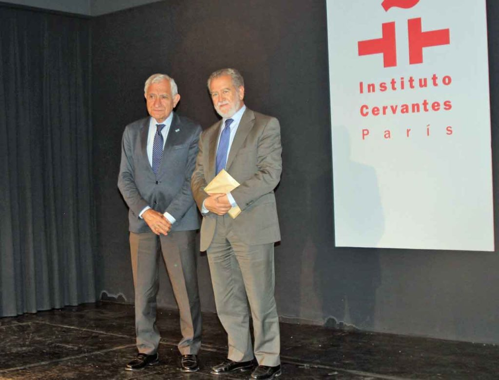 El historiador Xosé Carlos Valle junto al director del Cervantes, Javier Muñoz.