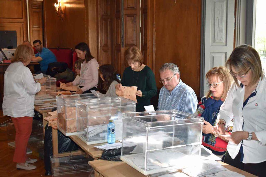 Imagen del escrutinio del voto exterior en la Junta Electoral Provincial de Pontevedra.