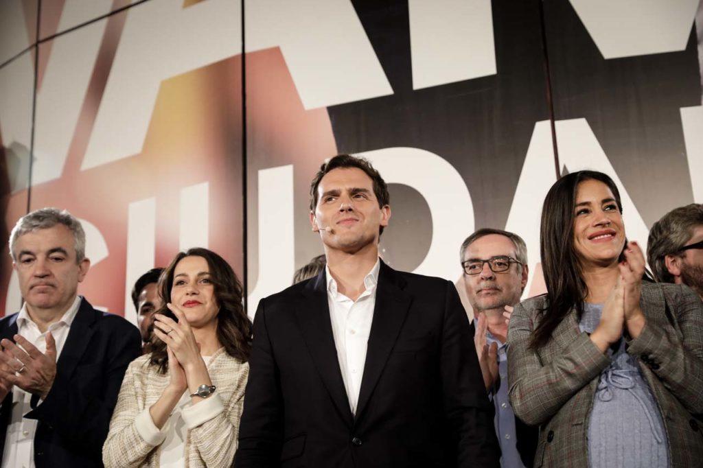 Albert Rivera celebrando los resultados con dirigentes de Ciudadanos.