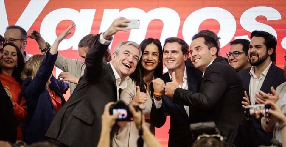 El presidente de Ciudadanos, Albert Rivera, celebra los resultados de su partido con el candidato europeo, Luis Garicano (izquierda), y los de la Comunidad, Ignacio Aguado (derecha), y la ciudad de Madrid, Begoña Villacís.