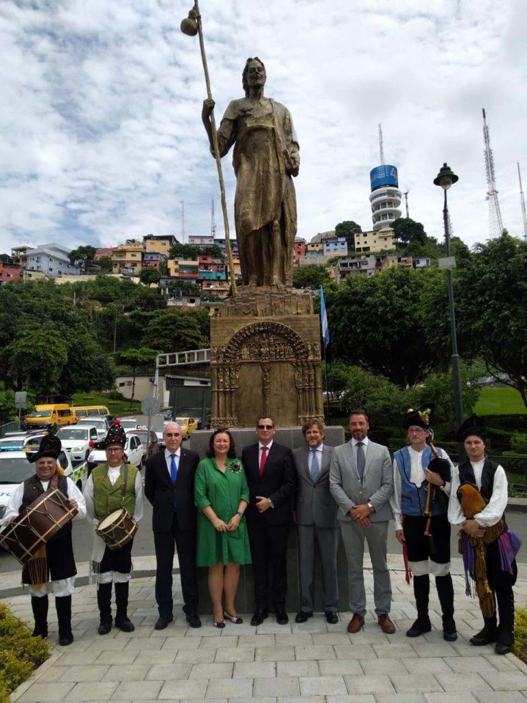 Asistentes al acto posan ante la estatua.