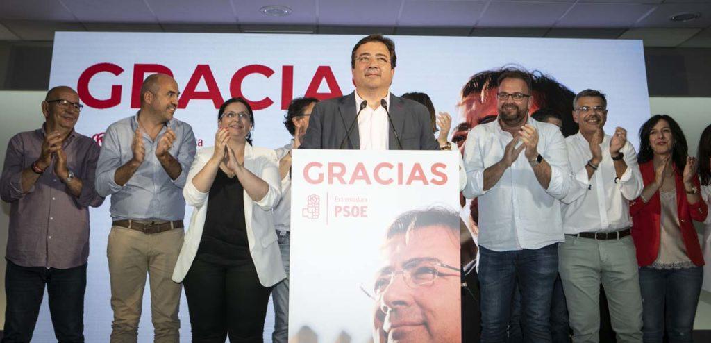 Guillermo Fernández Vara recibe el aplauso de dirigentes del PSOE tras conocerse los resultados.