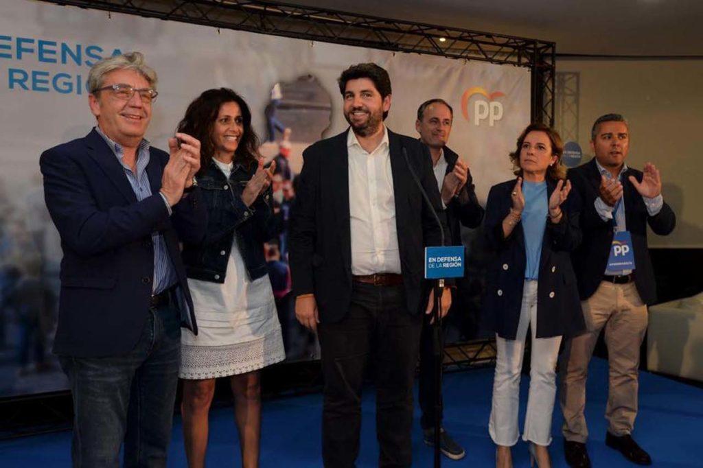 Fernando López Miras aplaudido por dirigentes del PP.