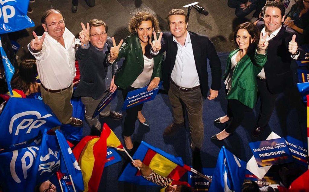 El presidente del PP, Pablo Casado, celebró los resultados que permitirán a Isabel Díaz Ayuso (a la derecha de la imagen) gobernar la Comunidad de Madrid y a José Luis Martínez-Almeida (2º por la izquierda) el Ayuntamiento de la capital española.