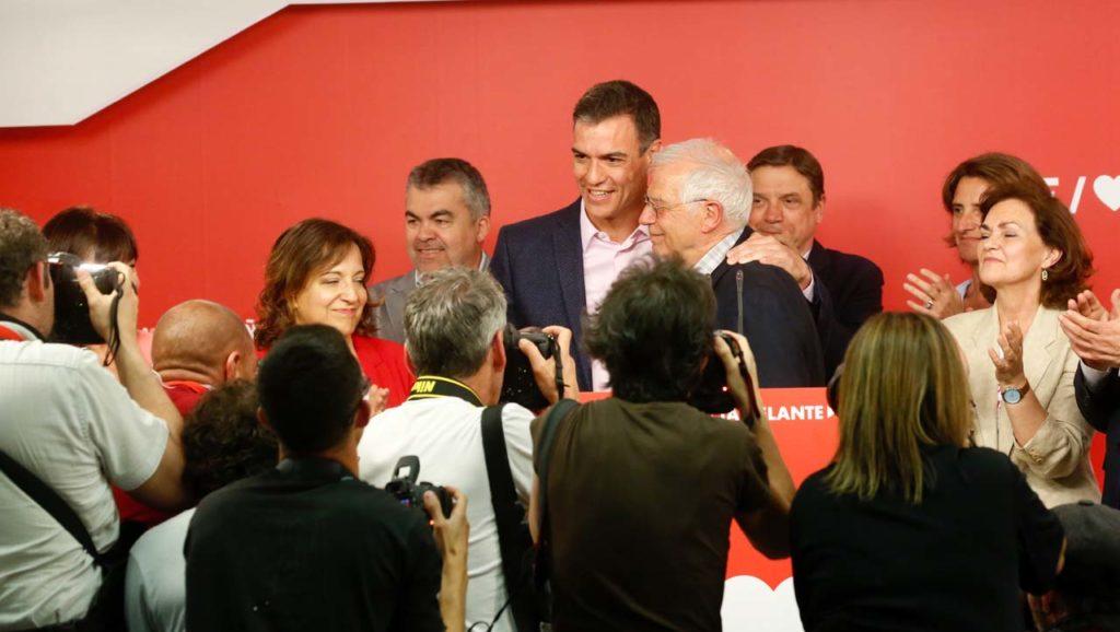 El líder del PSOE y presidente del Gobierno en funciones,Pedro Sánchez, felicita al cabeza de lista de las europeas, Josep Borrell.