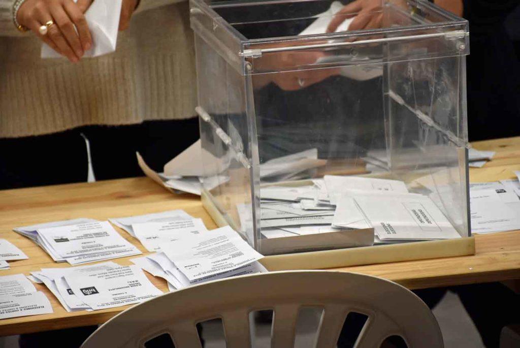 Urna con votos del exterior en el escrutinio del pasado 1 de mayo.