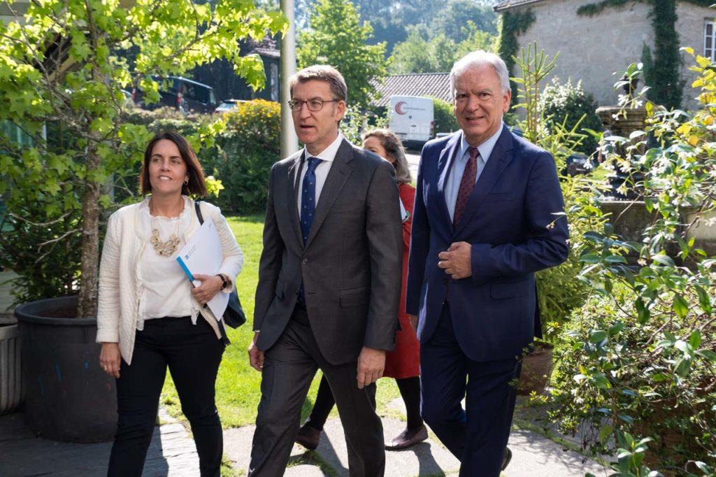 Feijóo a su llegada al acto acompañado por José Enrique Román, director del Centro de Investigación y Tecnología de Boeing en Europa.