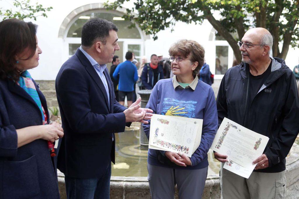 Román Rodríguez con Cynthia y Sergio Chapa, los dos peregrinos estadounidenses.