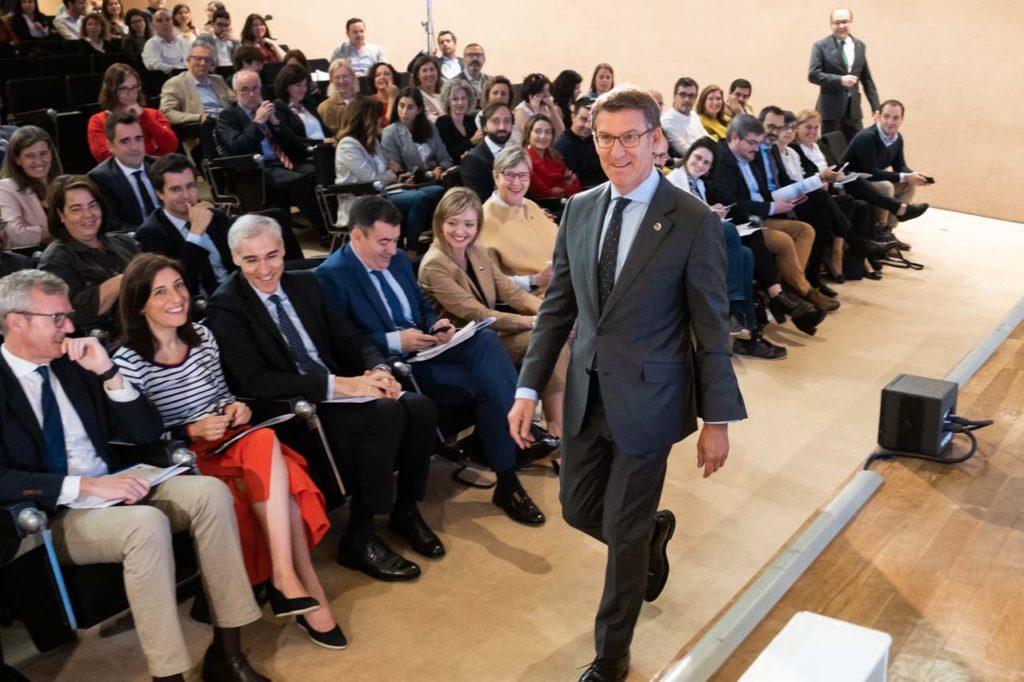 El titular del Gobierno gallego presidió una reunión de miembros del Ejecutivo, directores y secretarios generales de la Xunta de Galicia.